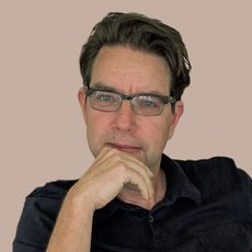 A photograph shows editor Lars Peterson.