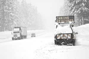USA, Oregon, Cascade Range, Snowstorm on Santiam Pass highway