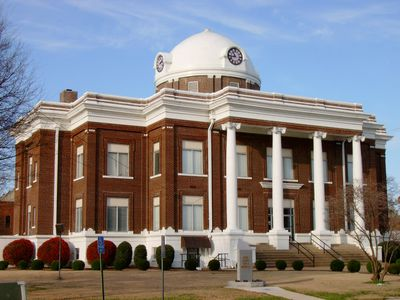 Image of courthouse where liens are settled