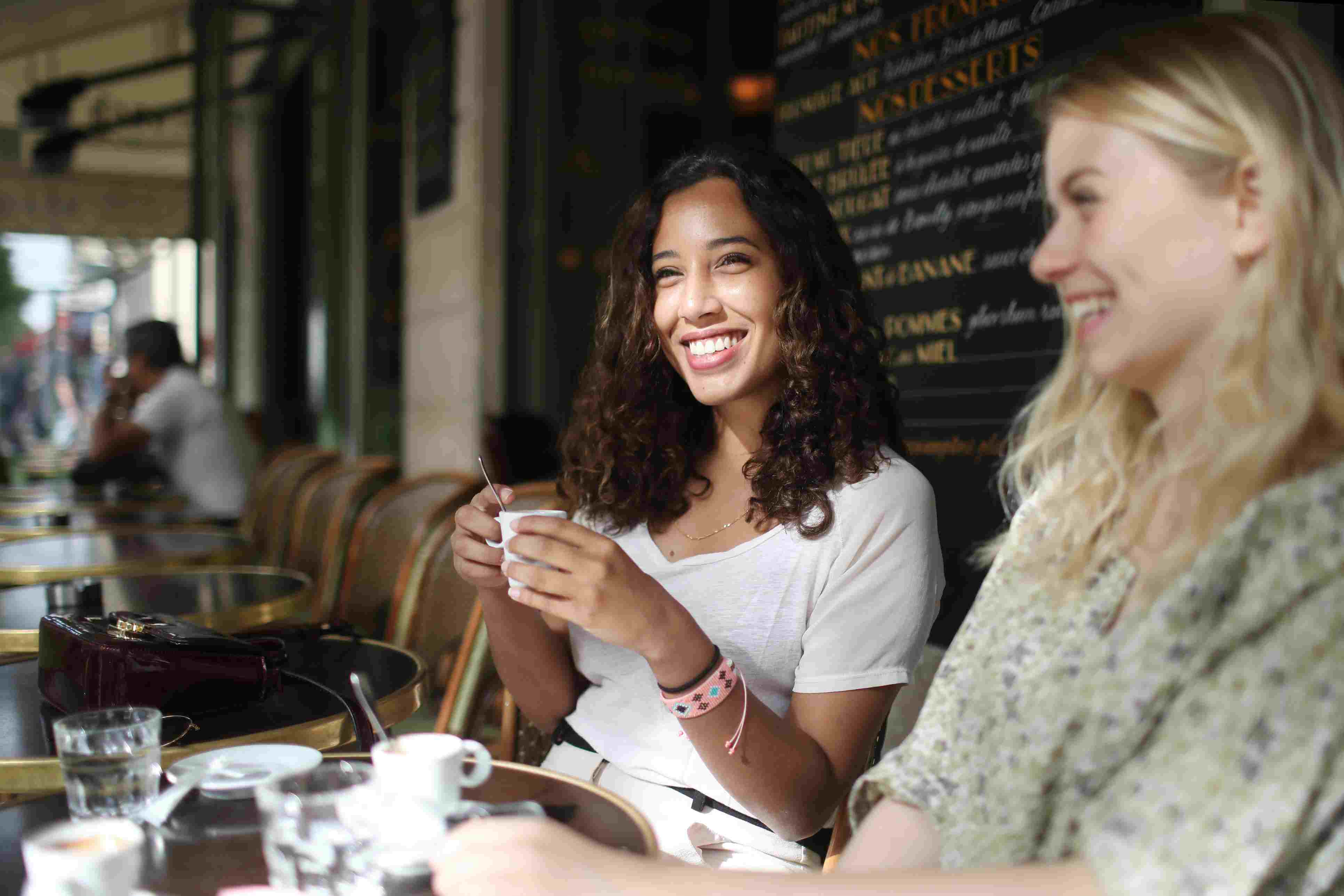 2 young women to the terrace of a parisian coffee