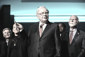 Warren Buffett speaking out in front of a group of investors
