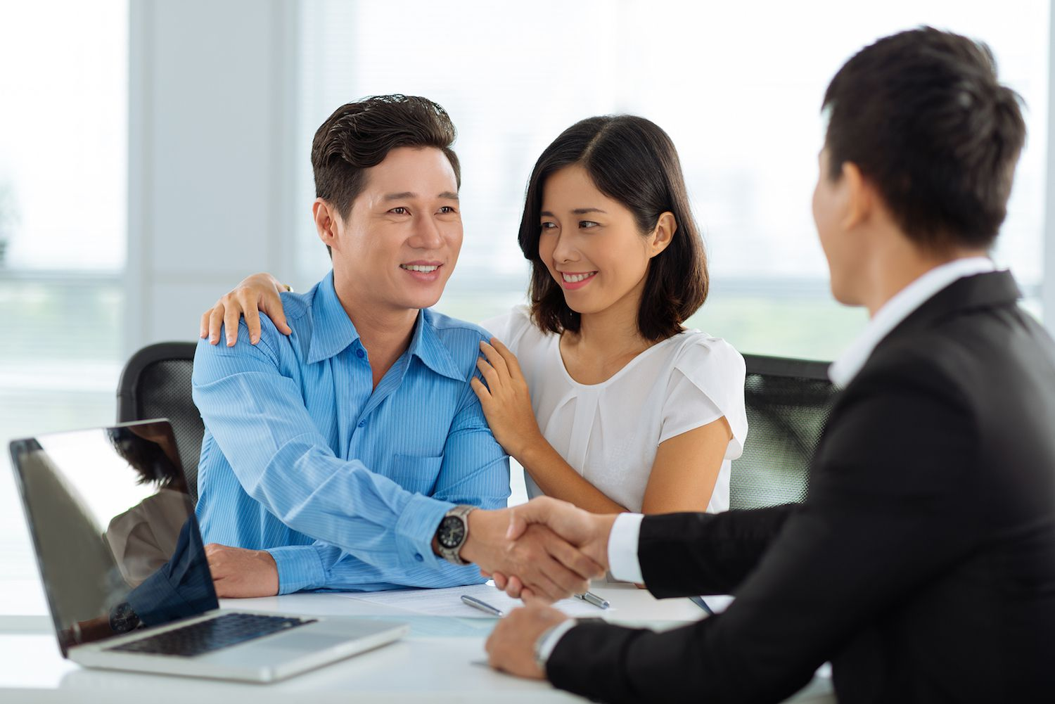 Buying a home? Here's when using a mortgage broker might be wise.