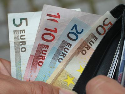 A man pulling euros from a wallet