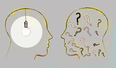 Two profiles face to face, one with a light bulb and the other with question marks inside their heads, symbolizing what parents feel about paying for college