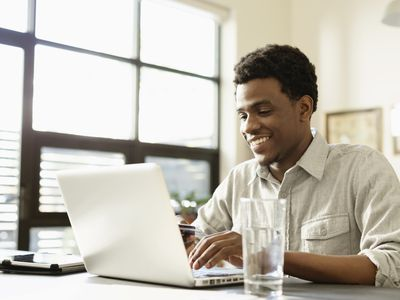 A recent college grad sets up his student loan servicer account.