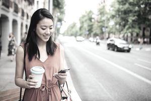 A shopper makes a purchase with Splitit